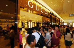 Chinezen toeristen maken veel luxe aankopen
